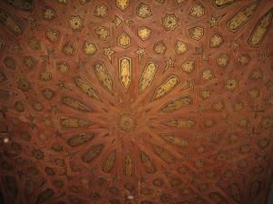 Потолок в замке Альгамбра в Гранаде