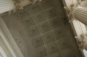 Кессонный потолок декорированный лепниной