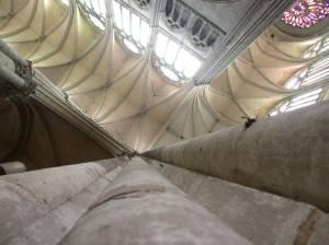 Готический потолок из камня белого цвета в зале