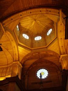 Деревянный потолок — фото 57