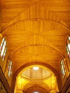 Деревянный потолок — фото 43