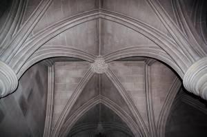 Потолок из камня с лепниной и колоннами