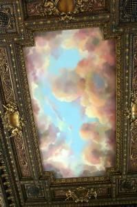 Потолок декорированный багетом с росписью — небо