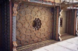 Арабский резной потолок с инкрустацией