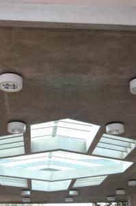 Стеклянная ниша в бетонном потолке
