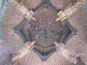 Потолок из кирпича декорированный статуями