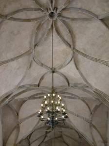 Каменный потолок декорирован лепниной в виде лент