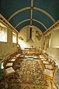 Синий дугообразный потолок в мечети
