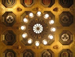 Роспись в позолоченных сотах потолка