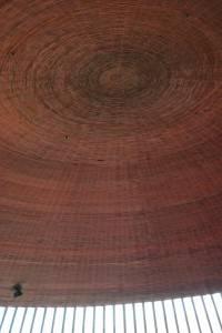 Деревянный потолок — фото 33