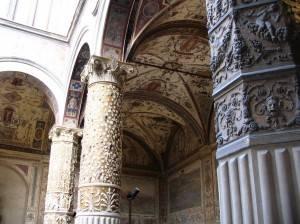 Роспись потолка в зале с колоннами в мавританском стиле