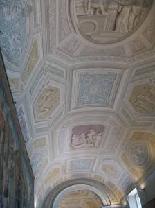 Фреска на потолке имитирующая лепной декор