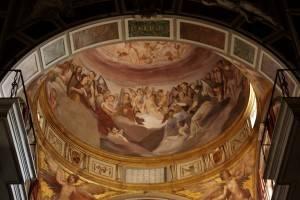 Фреска на потолке храма с ангелами на небесах