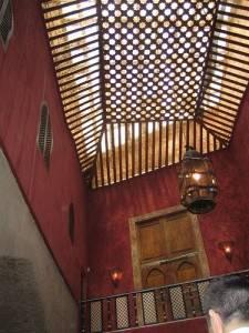 Деревянный потолок с ячейками