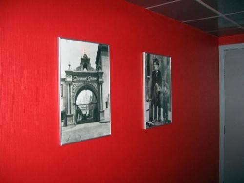 Постеры на красных стенах кинокомпании