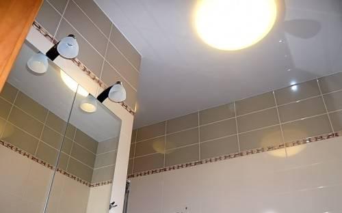 Натяжной потолок от Aks в ванной комнате