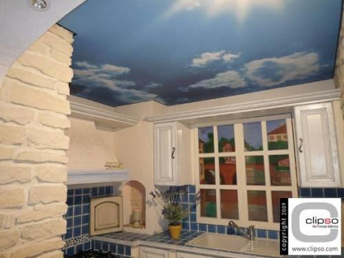 Натяжной потолок с принтом в виде неба на кухне