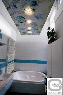Натяжной потолок декорированный узорами в ванной