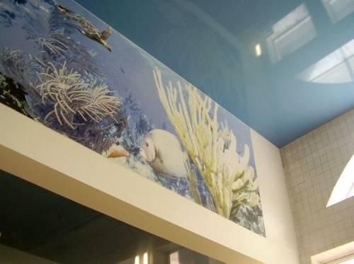 Глянцевый голубой натяжной потолок