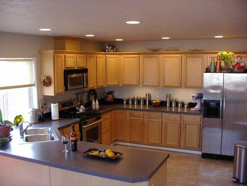 Матовый белый натяжной потолок на кухне