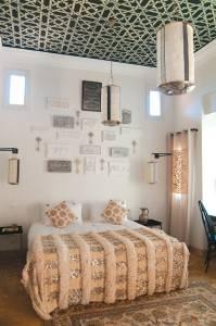 Трафаретная роспись потолка в спальне