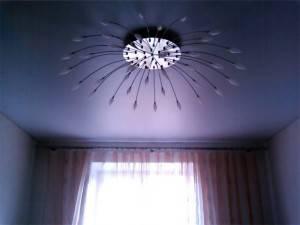 Натяжной потолок со светодиодной лампой