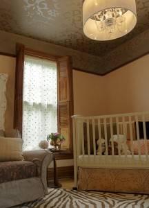 Роспись потолка в спальной комнате по трафарету
