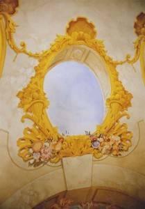 Нарисованное окно на потолке