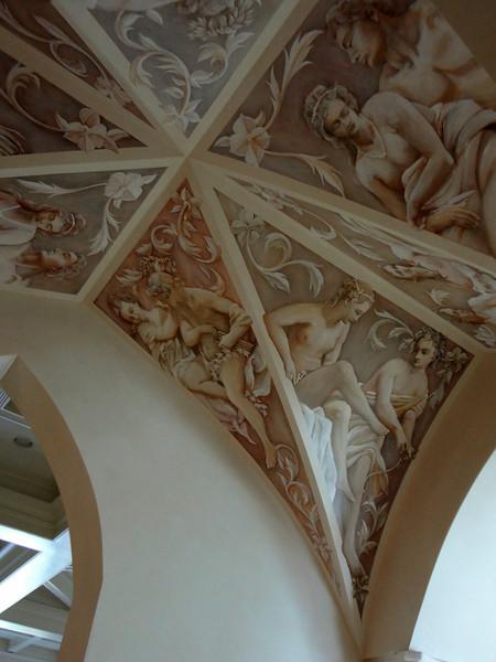 Роспись арки в потолке, фронтальный вид