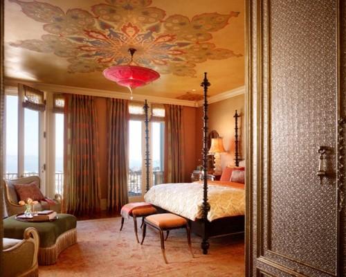 Роспись потолка в спальне под люстрой
