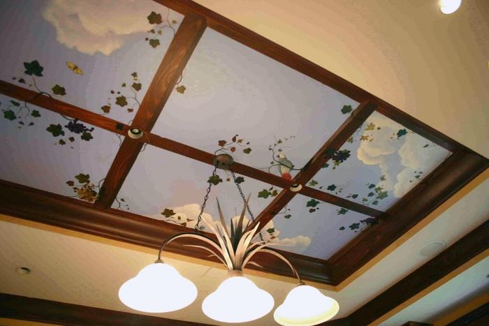 Нарисованное окно на потолке в кухне