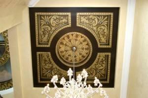 Роспись потолка — золото на черном фоне