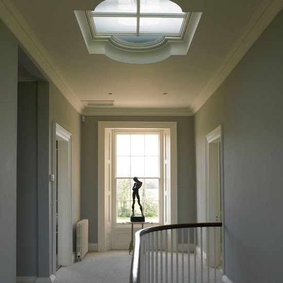 Дизайн потолка с окном в частном доме