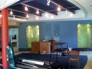 Синий потолок в студенческой комнате