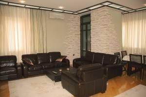 Гостиная с кожаной мебелью и светлыми стенами