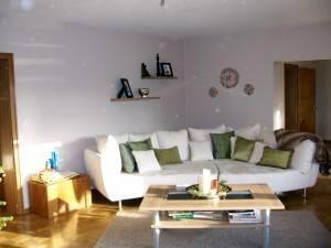 Гостиная в светлых тонах с мягкой мебелью