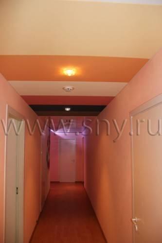 Разноцветный натяжной потолок в коридоре