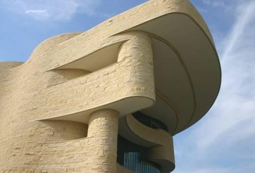 Фасад дома необычной формы