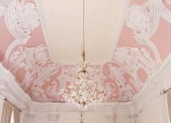 Розовый потолок в стиле рококо