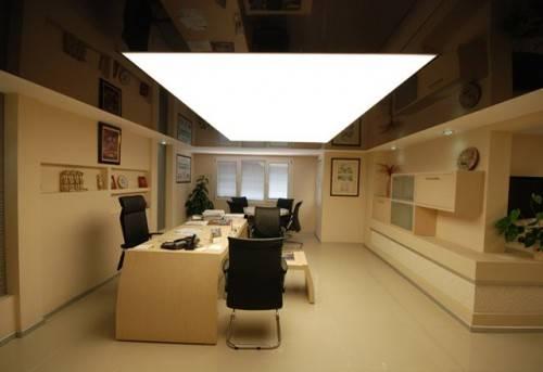 Черный потолок с белой вставкой