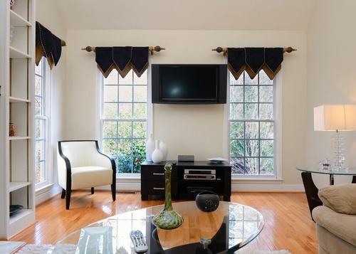 Два окна в гостиной
