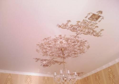 Потолок с узорам по трафарету