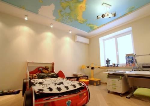 Потолок с принтом в детской спальне
