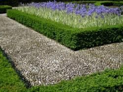 Сады Кью — клумба из камней и кустарника