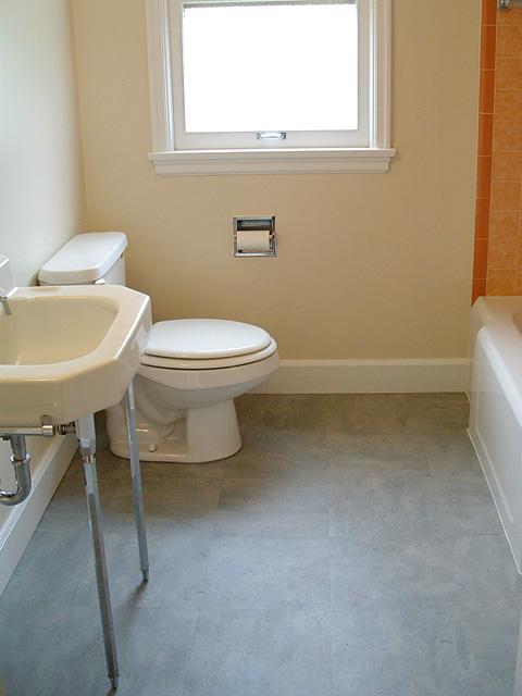 Линолеумный пол под мрамор в ванной