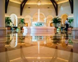 Блестящий пол вестибюля отеля
