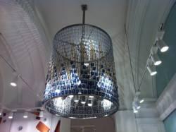 Декор потолка люстрой созданной из часов