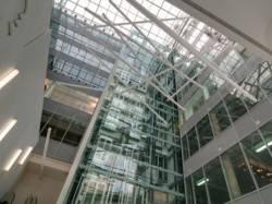 Дизайнерское освещение атриума в деловом центре