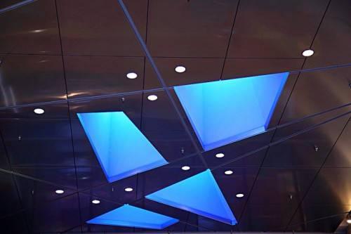 Стеклянные вставки на потолке