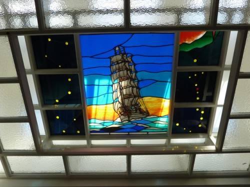 Витраж и стеклянные панели на потолке